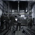 Mineurs de charbon ukrainiens attendant l'ascenseur afin de descendre dans les galeries. Mine de charbon en Ukraine, photo Youry Bilak.