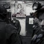 Papa reviens à la maison est écrit sur le panneau derrière les mineurs de charbon, Ukraine. Photo Youry Bilak.