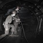 Mineur de charbon ukrainien au fond de la mine creusant au marteau piqueur une galerie de service. Photo Youry Bilak.