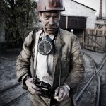 Portrait de mineur de charbon ukrainien avec sa lampe frontale. Photo Youry Bilak.