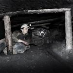 Mineur de charbon ukrainien au fond de la mine à de sa haveuse dans une galerie de 70cm de haut. Photo Youry Bilak.