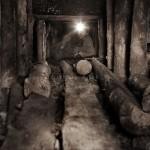 Mineur de charbon ukrainien au fond de la mine dans une galerie étayée de 70 cm de haut. Photo Youry Bilak.