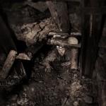 Mineur de charbon ukrainien au fond de la mine rampant dans une galerie. Photo Youry Bilak.