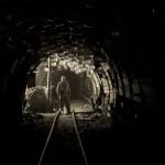 Mineur de charbon ukrainien au fond de la mine dans une galerie de service sous un système anti feu. Photo Youry Bilak.