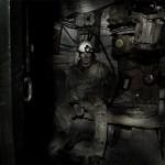 Portrait de mineur de charbon ukrainien dans la salle de contrôle de l'ascenseur. Photo Youry Bilak.