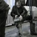 Mineur de charbon ukrainien mettant ses bandes molletières. Ougledar, région de Dontesk, Donbas, Ukriane. Photo Youry Bilak.